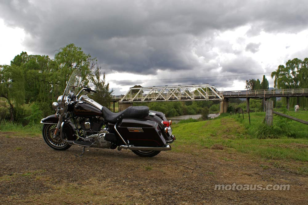 harley2011_road-king_road-king-bridge
